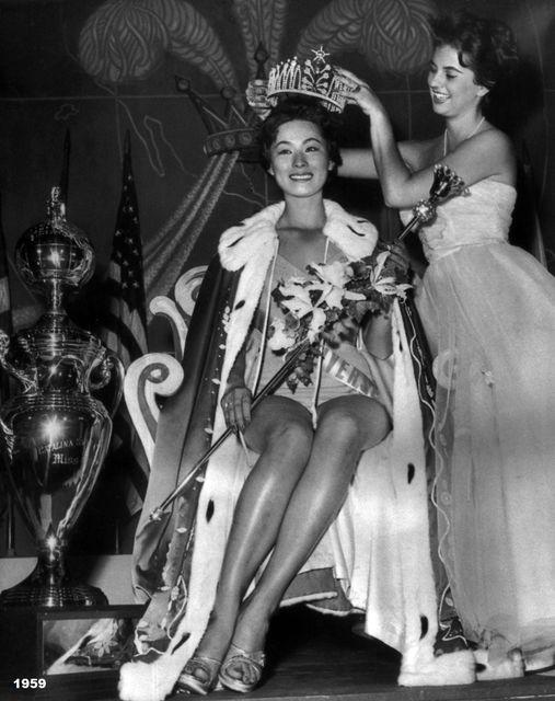 Luz Marina Zuluaga corona a su sucesora Akiko Kojima del Japon en Agosto de 1959