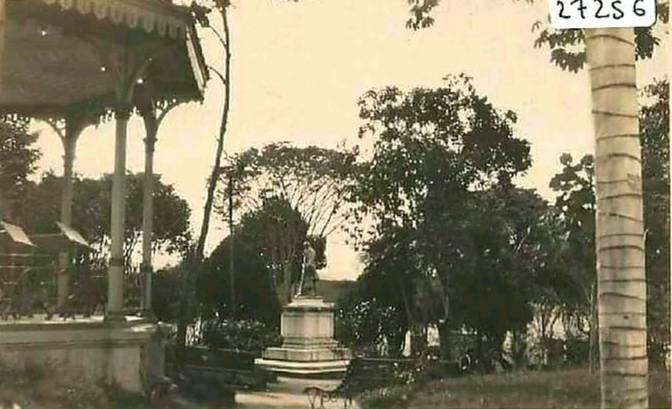 Parque Caldas años 30 aprox se alcanza a ver el kiosko