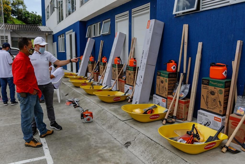 La Secretaría de Agricultura de Manizales entregó ayer 11 kits de herramienta y maquinaria agrícolas en el corregimiento Manantial.