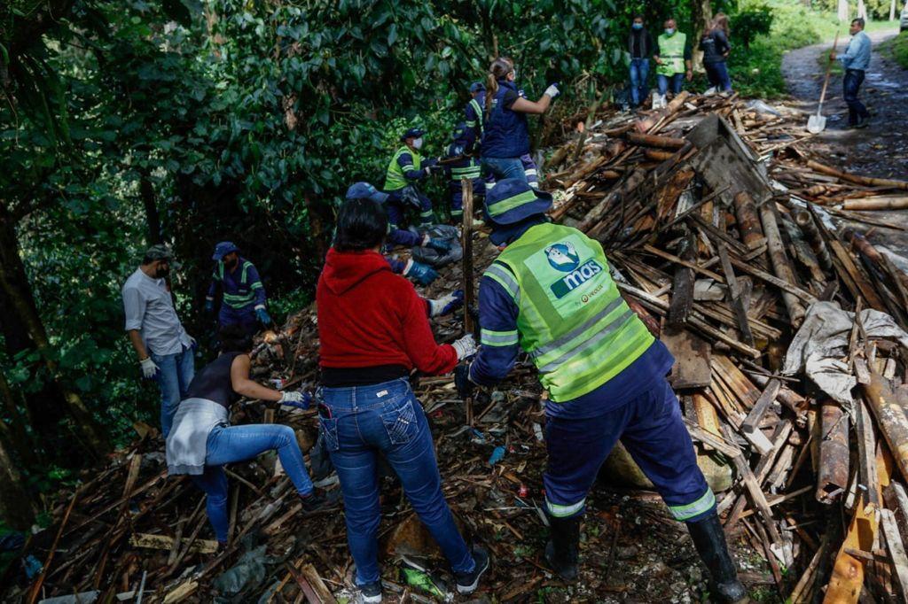 Alcaldía de Manizales recolectó 3.3 toneladas de basura en una jornada de limpieza y recuperación del sendero del barrio Aranjuez