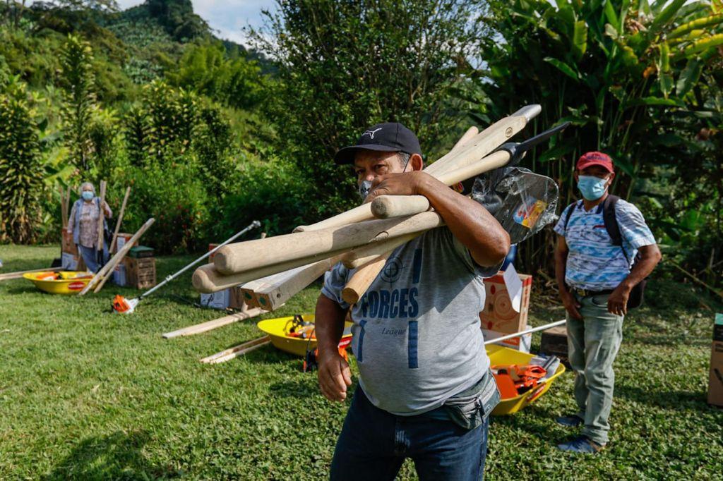 De manos del alcalde, campesinos de Manizales recibieron combos completos de maquinaria agrícola.