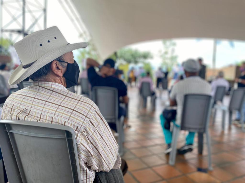 El secretario de Agricultura, Carloman Londoño Llano, entrega bonos