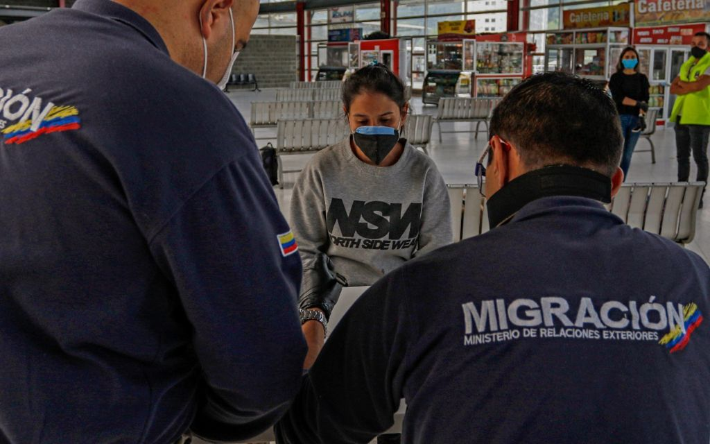 Población migrante sin permiso de residencia en Colombia, a registrarse para recibir la vacuna contra la COVID-19.