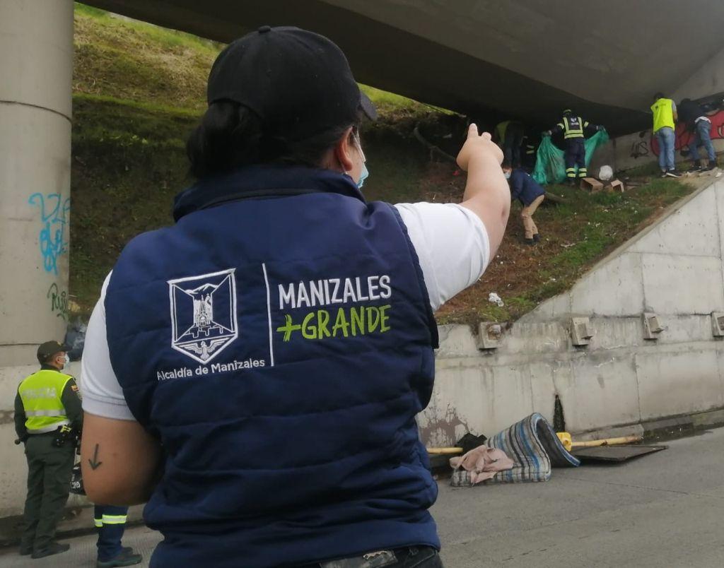 Alcaldía de Manizales realizó limpieza de puentes y prestó atención a habitantes de calle que vivían en estos espacios públicos.