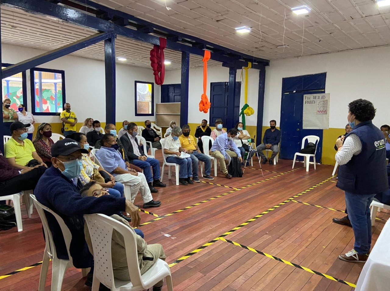 El gerente de la ERUM dialoga con los habitantes de la comuna San José