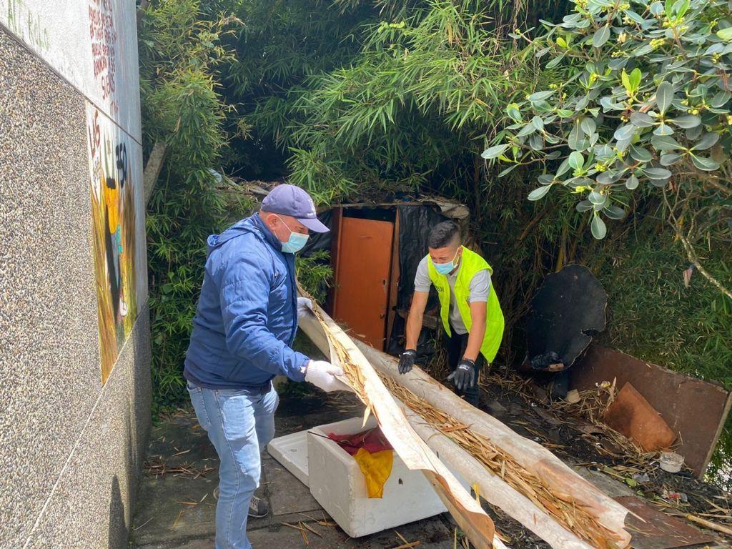 Las secretarías de Gobierno y Medio Ambiente limpiaron zona del barrio Sáenz en donde se acumulaban seis toneladas de residuos.