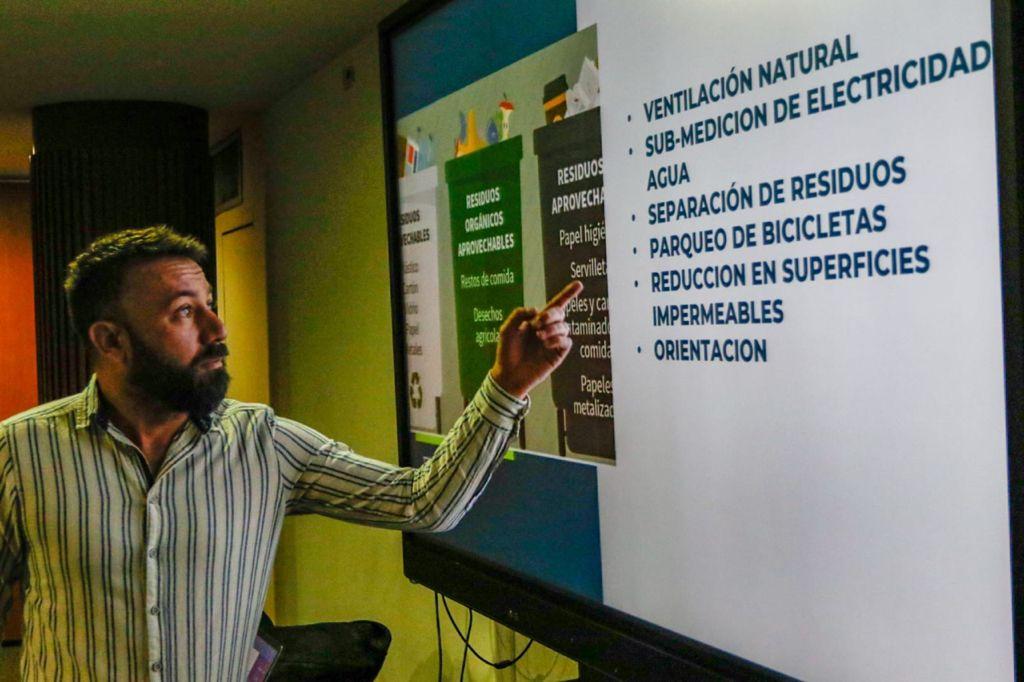 Prestadores turísticos y comerciantes del Centro Histórico recibieron capacitación en construcción sostenible.